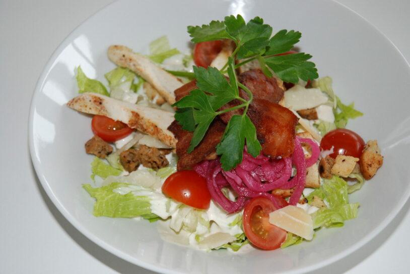 Caesarsallad med kyckling och bacon